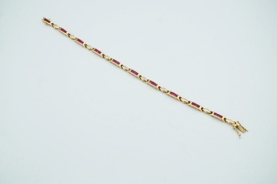 Bracelet avec pavage de rubis et brillants sertis en or (750°°°). Poids brut : 14 gr.