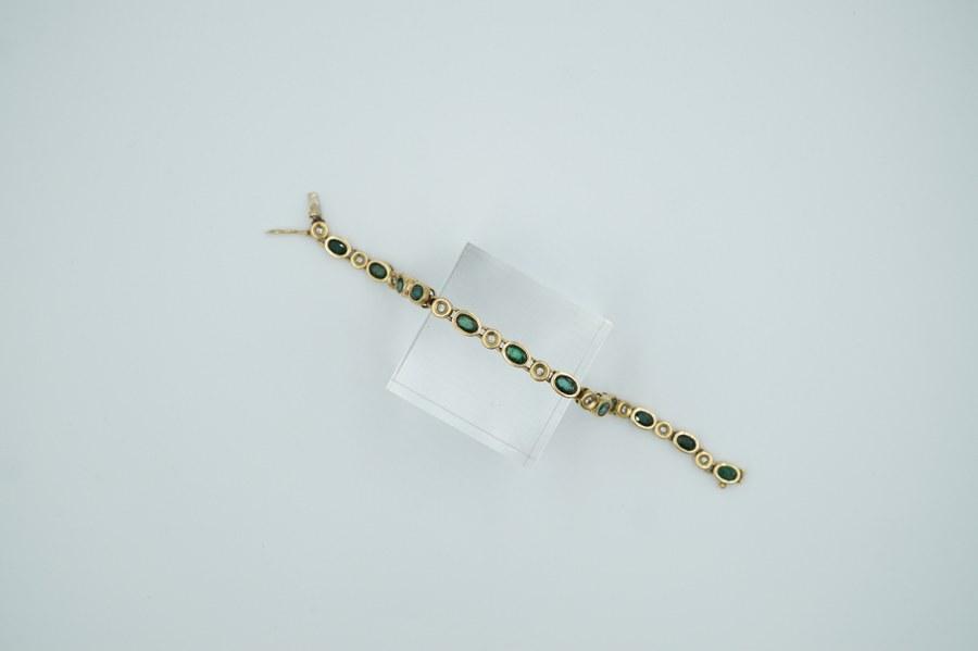 Bracelet en or jaune (750°°°) serti de brillants et d'émeraudes d'environ 7 crts. Poids brut : 20 gr. Manque une émeraude.