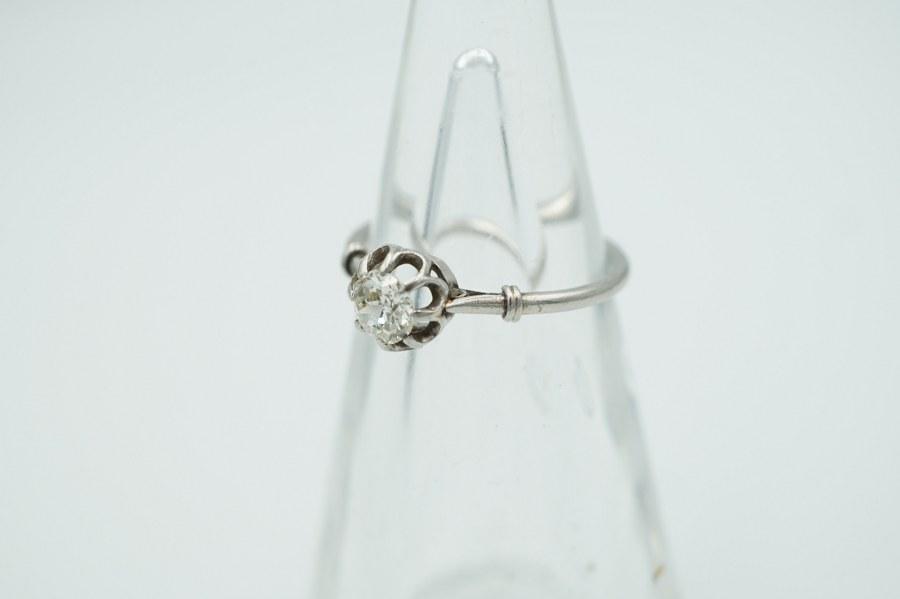 Solitaire en platine serti d'un diamant taille ancienne de 0,25 carat. Poids brut : 2,6 gr.