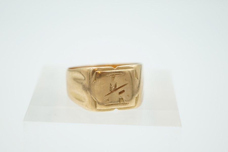 Chevalière en or jaune , monogrammée. Poids : 9,2 gr.