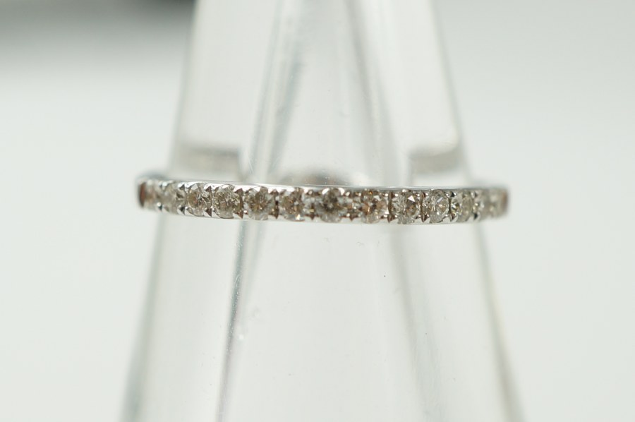 Demi alliance en or blanc (750°°°) sertie de 13 diamants blancs taille moderne. Poids brut : 1,60 gr. TDD: 52.