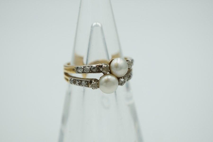 Bague à anneau dédoublé en or de deux tons (750°°°) sertie de deux perles et de brillants. TDD : 54. Poids brut : 4,2 gr.
