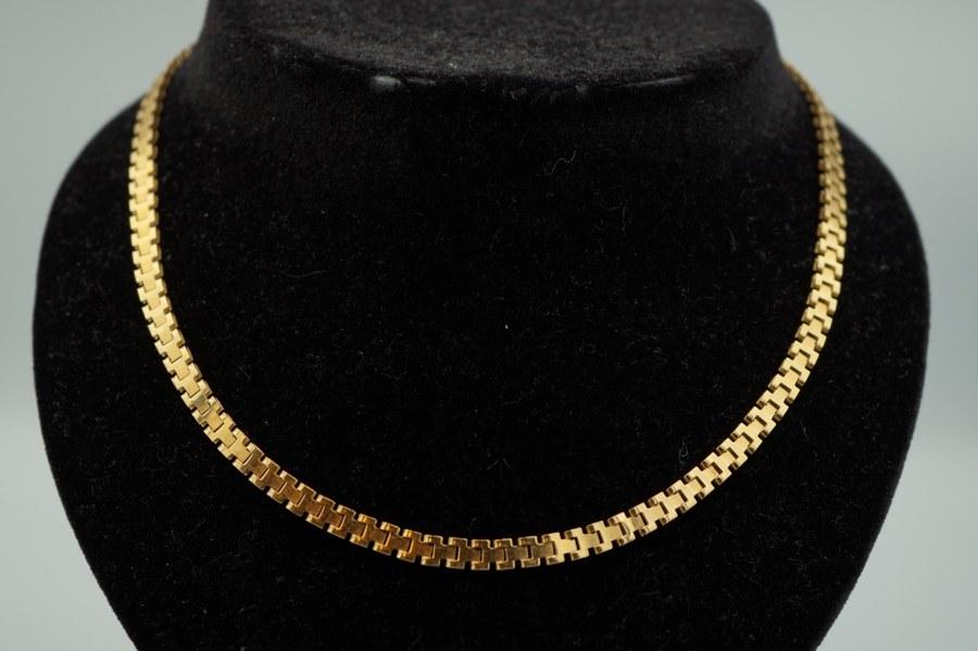 Collier en or jaune (750°°°) à mailles articulées. Poids : 11, 5 gr.