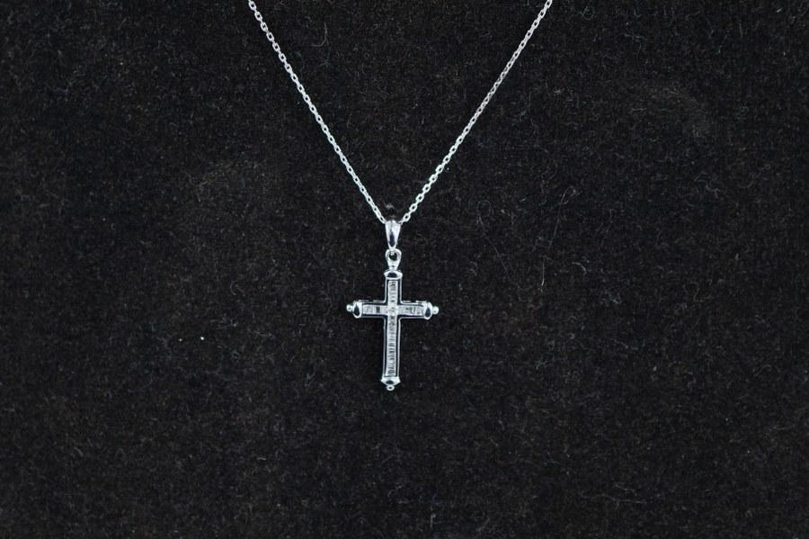 Pendentif Croix en or blanc (750°°°). Serti de diamants taille moderne et baguette. Avec sa chaîne forçat en or blanc. Poids brut :  2, 10 gr