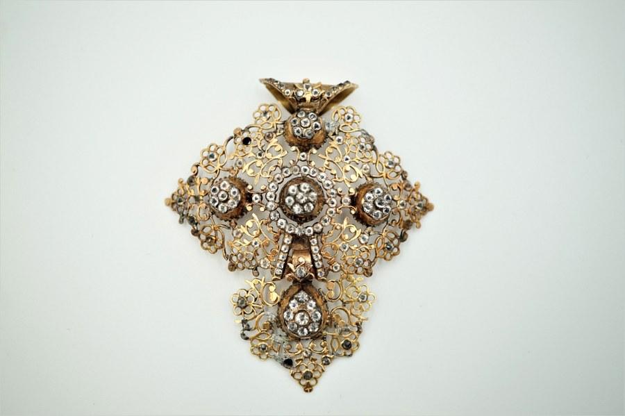 Croix en or jaune et alliage sertie de pierres blanches et verrerie de la région de Coutances. XIXe siècle. Poids brut : 14 gr.