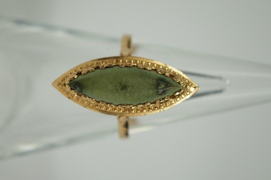 Bague navette en or jaune (750°°°). Sertie d'une pierre dure de couleur verte. TDD : 62. Poids brut: 4 gr.