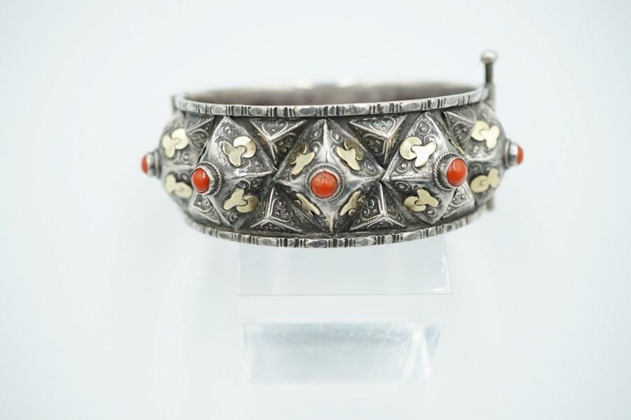 Bracelet en argent, serti de cabochons de pierres orangées. Travail Berbère.