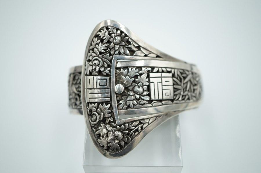 Bracelet en argent gravé d'idéogrammes et feuillages. Travail asiatique.