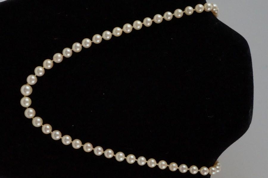 Collier de perles. Un élément du fermoir manquant.     Longueur : 50 cm.