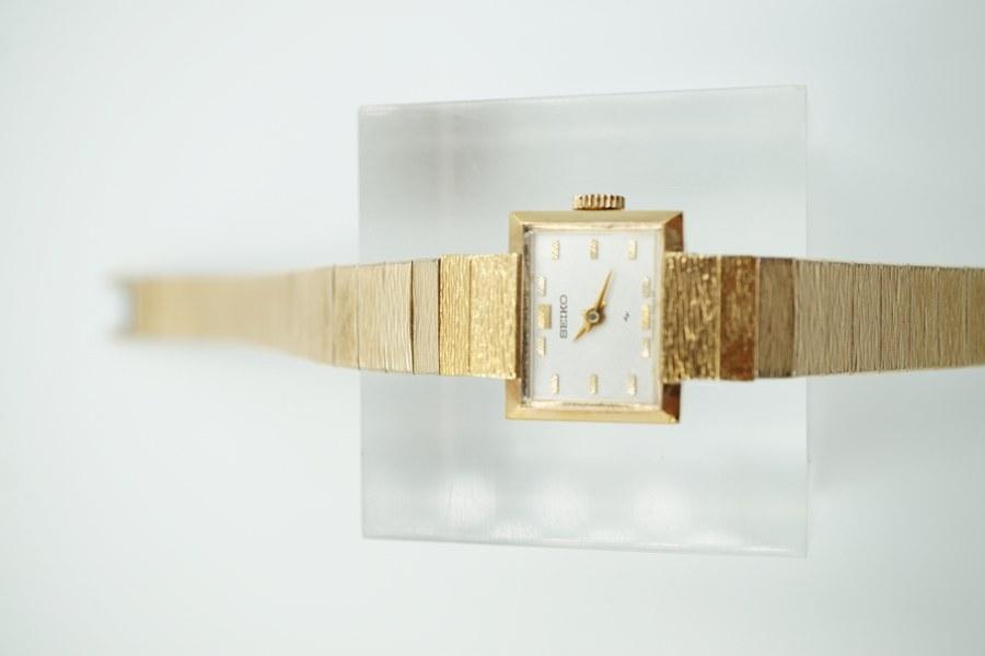 Montre de dame SEIKO mécanique en métal doré et acier articulé, n°990232 10-3280. Années 1970.