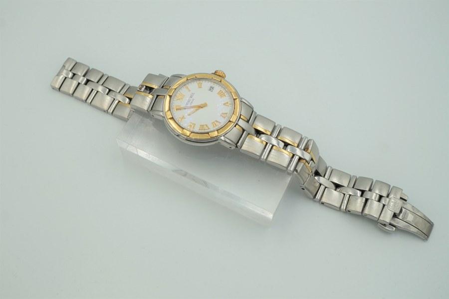 Bracelet-montre d'homme en acier, boîtier rond, cadran blanc à chiffres romains doré.