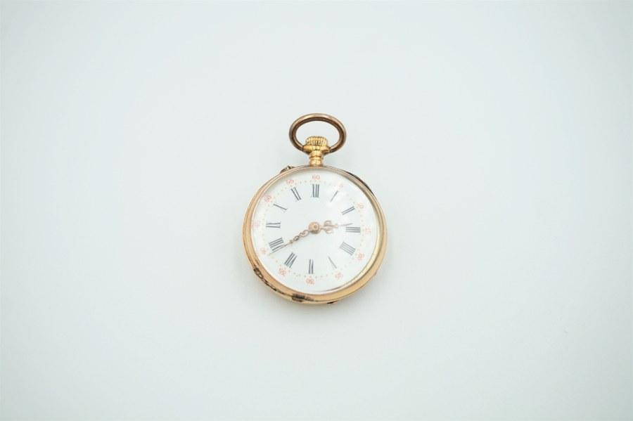 Montre gousset en or jaune (750°°°), le cadran émaillé figurant les heures en chiffres romains et les minutes en chiffres arabes. Revers gravé d'une cartouche et de fleurettes. Poinçon Tête de cheval. Poids brut : 18, 5 gr.