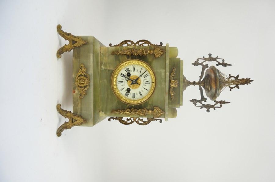 Miroir à fronton en bois sculpté  doré, à décor de bouquet et noeud de ruban.