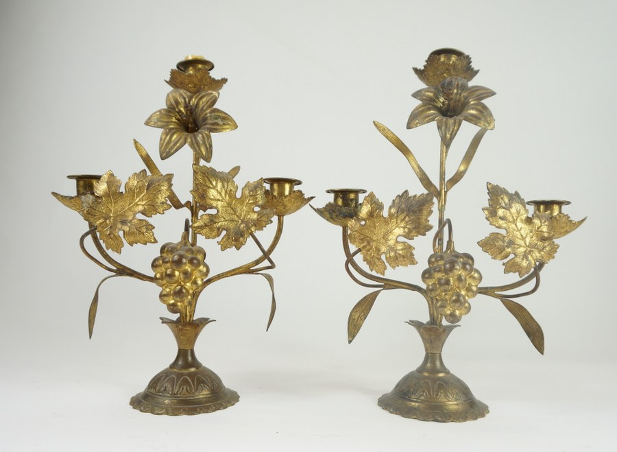 Christ en ivoire, monté dans un cadre en bois doré mouluré et sculpté à décor d'un aigle, présentant un miroir en pare-closes.