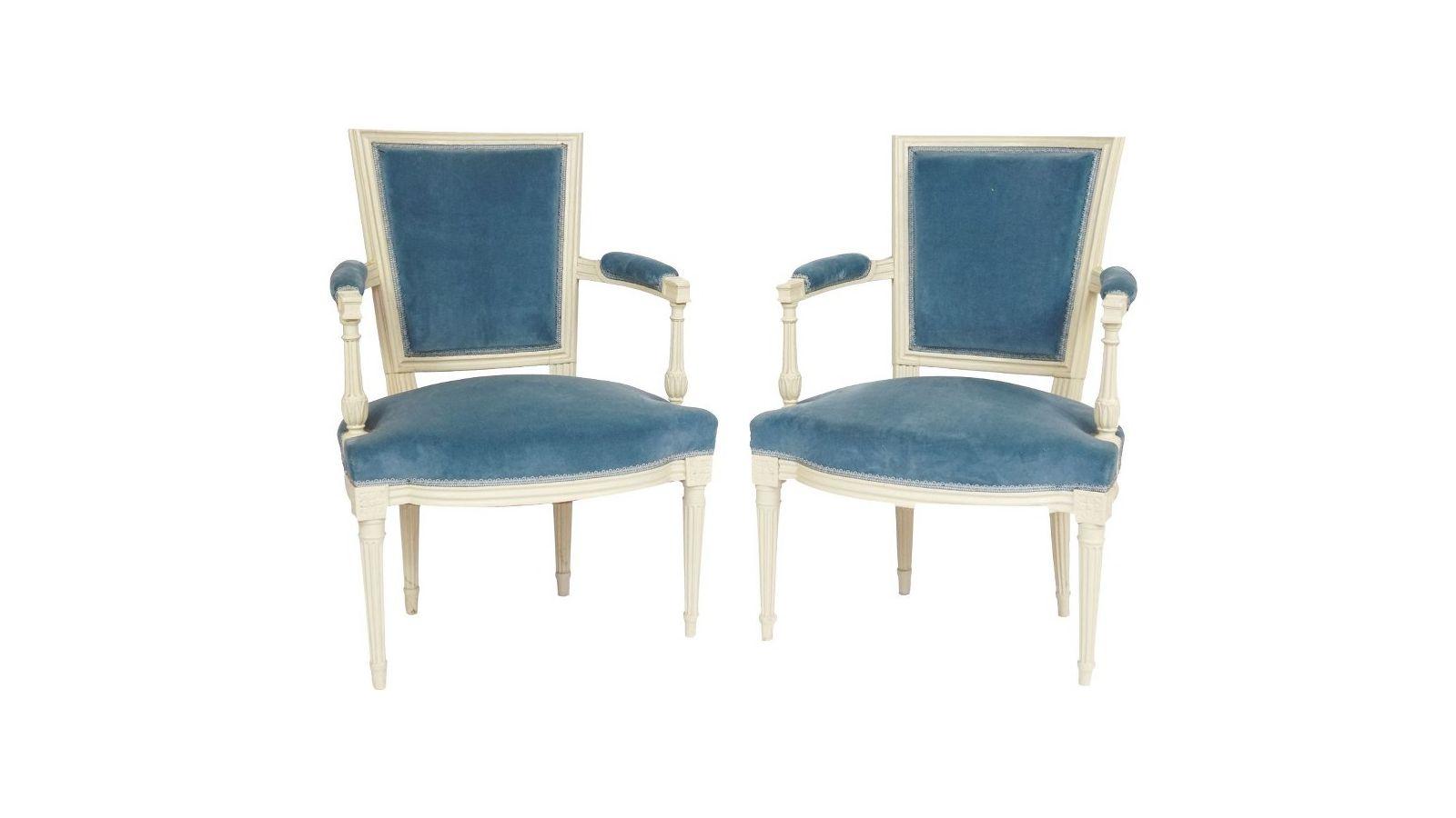 Paire de fauteuils en bois laqué blanc.