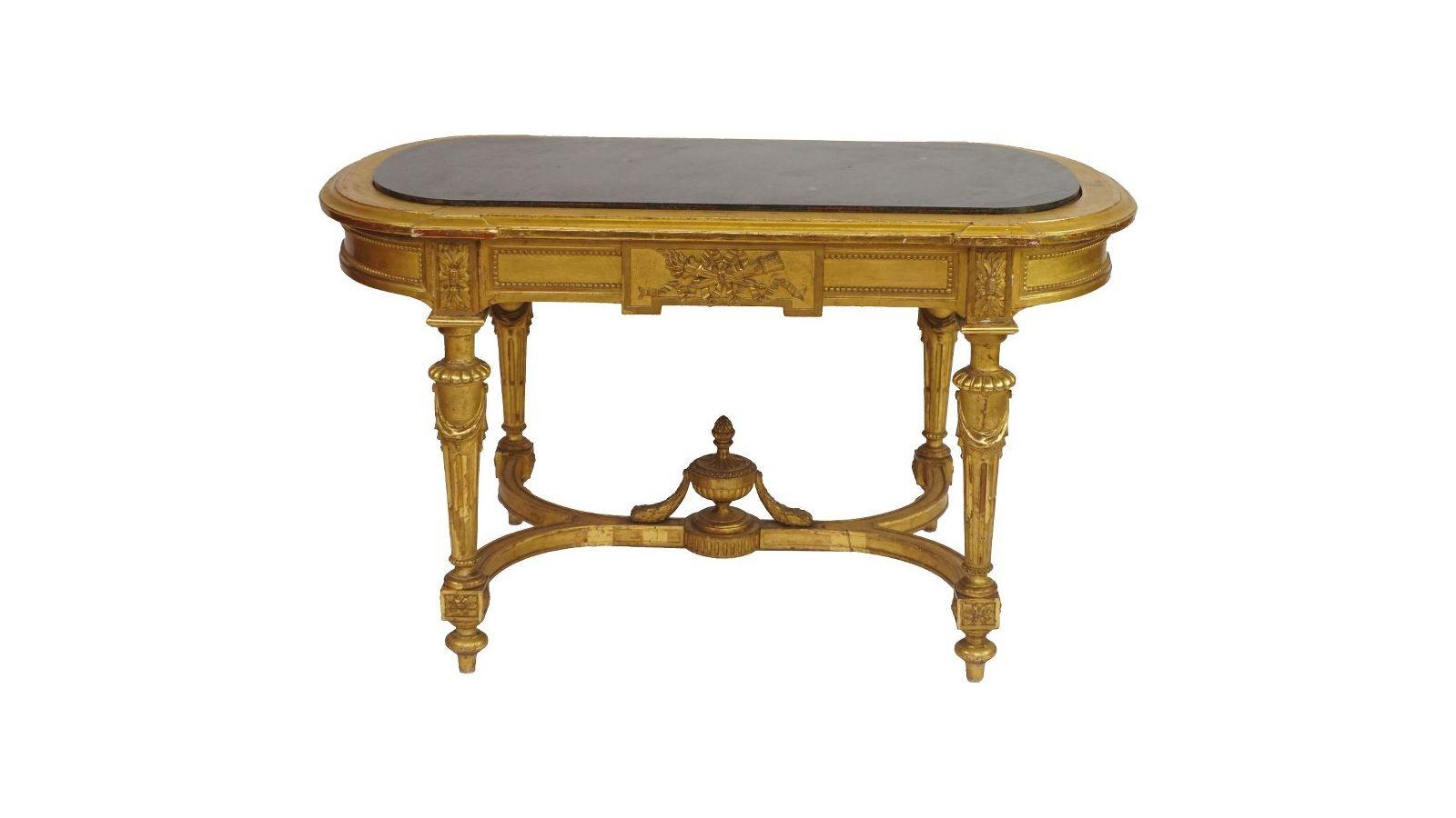 Table de milieu en bois doré.