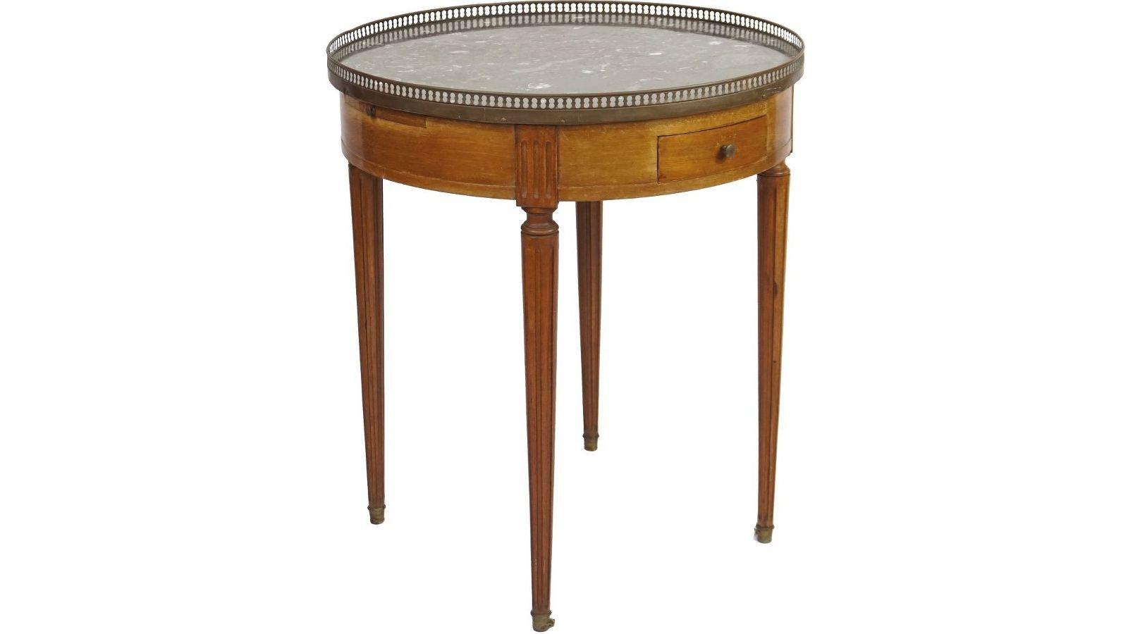 Table bouillotte  en acajou et placage d'acajou.