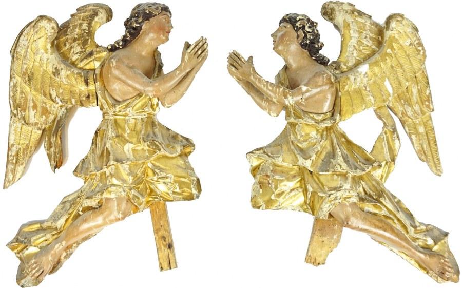 Paire d'anges adorateurs en bois sculpté en haut-relief, polychromé et doré.