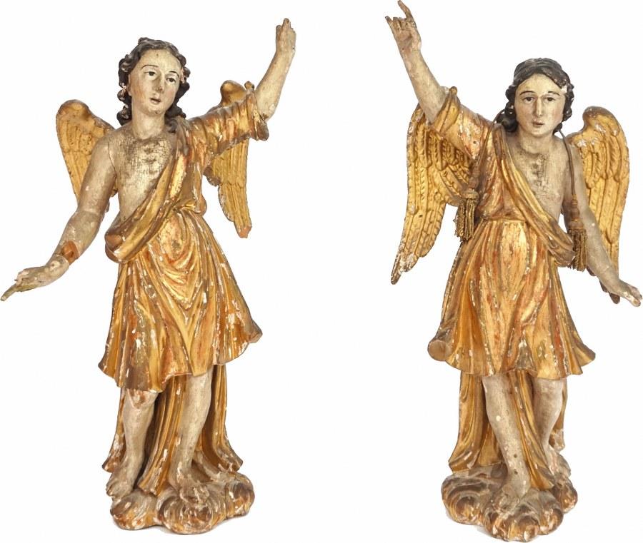 Paire d'anges en bois sculpté en ronde-bosse, polychromé et doré.