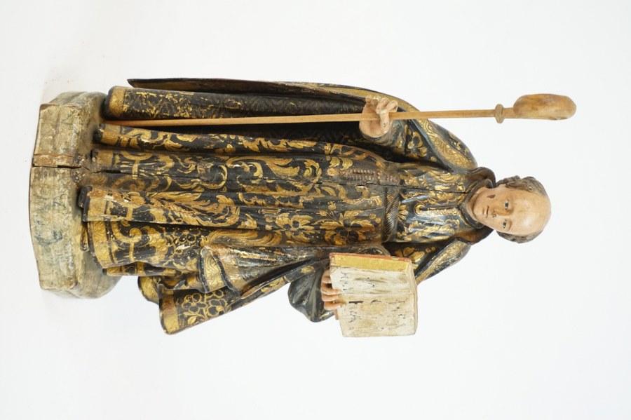Saint religieux en bois sculpté en ronde-bosse, polychromé et doré.