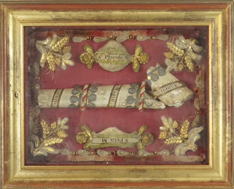 Reliquaire à paperolles de forme rectangulaire présentant les reliques de Saint Félix, Saint Placide et d'un Saint Grand Martyre.