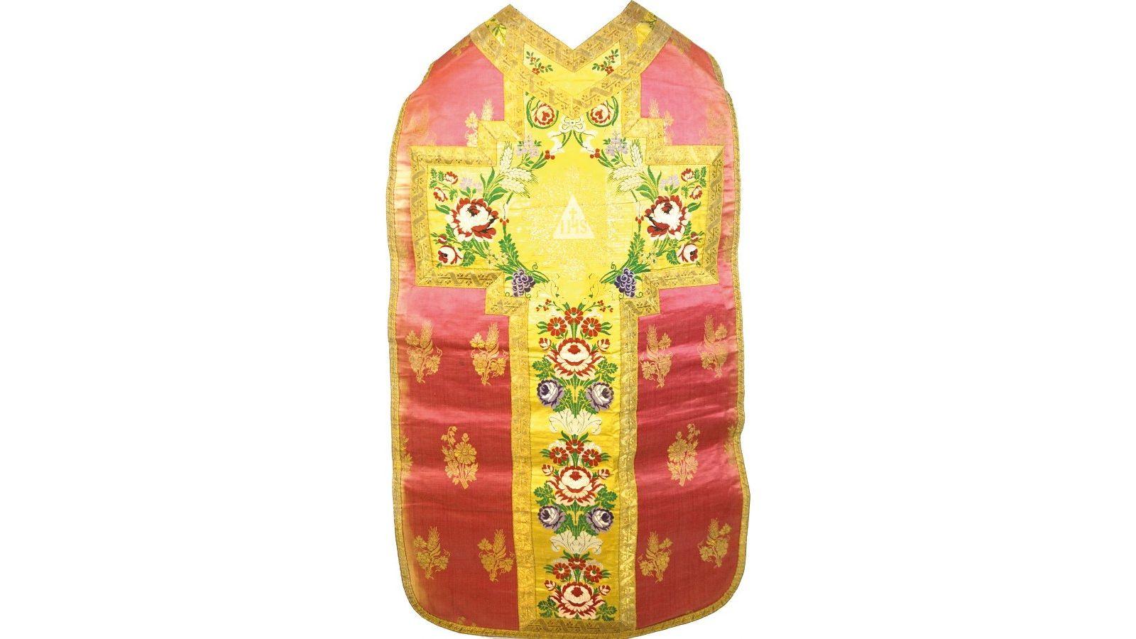 Chasuble en damas de coton vert façonné brodé de motifs tapissant de rinceaux de roses et feuillages en rose, rouge, vert, argent et mauve.