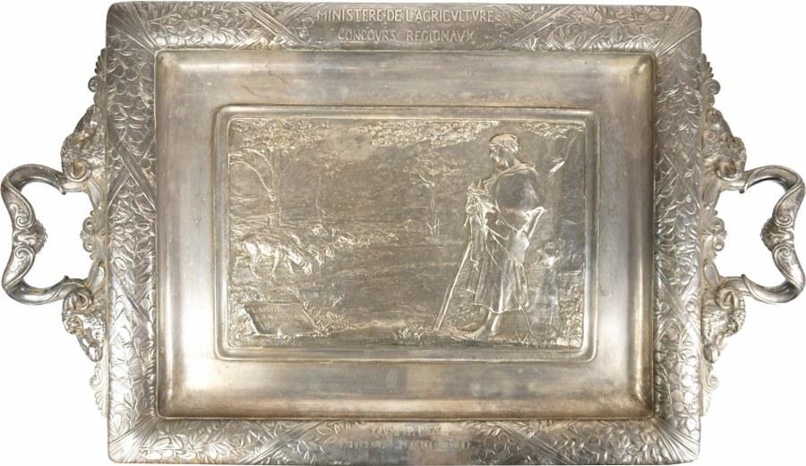 Grand plat rectangulaire en métal argenté reposant sur quatre pieds en pattes de lion.