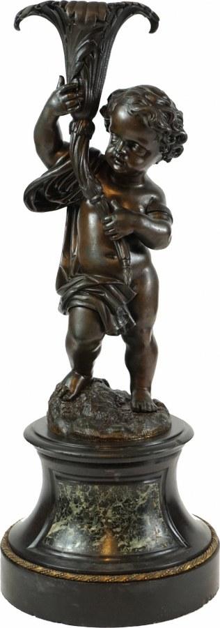 Flambeau en bronze en forme d'enfant portant une torchère.