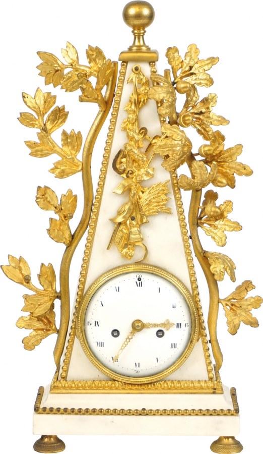 Pendule en marbre blanc et bronze doré en forme d'obélisque.