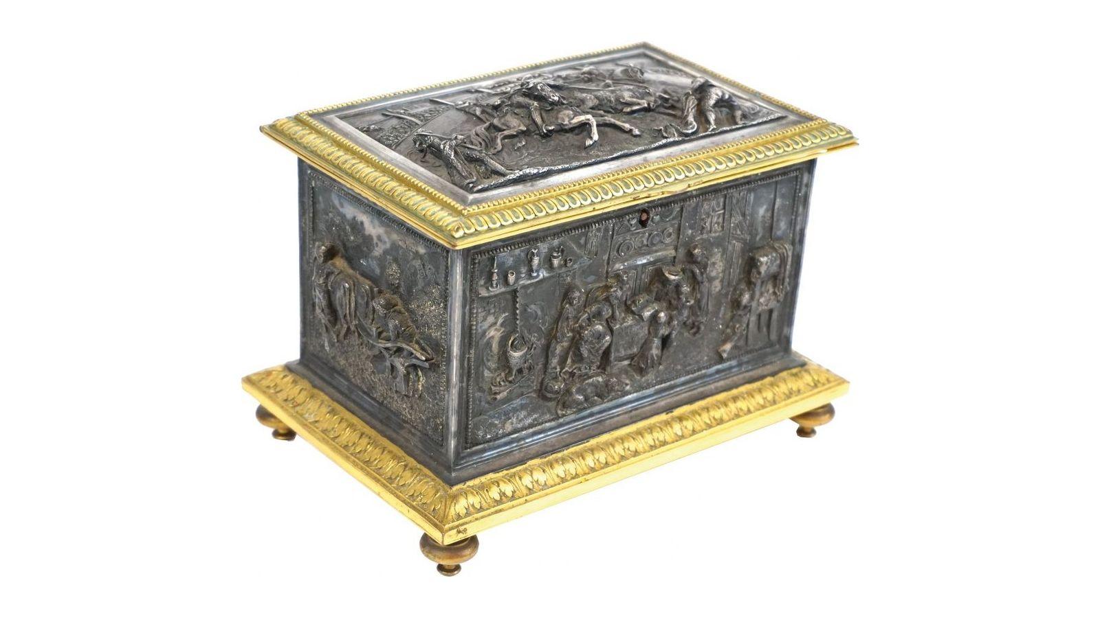 Coffret à bijoux en bronze à double patine, à décor de genre sur les quatre faces et d'une scène de tauromachie sur le couvercle.