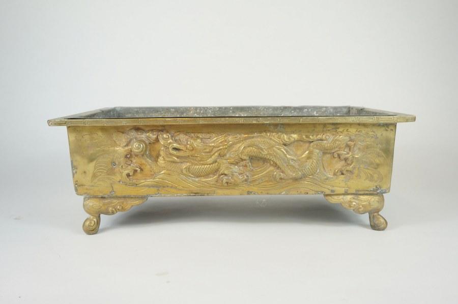 Jardinière en bronze doré, de forme rectangulaire, à décor de dragons.