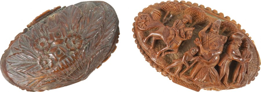 Deux tabatières en noix de corozo sculptées en forme de navette.
