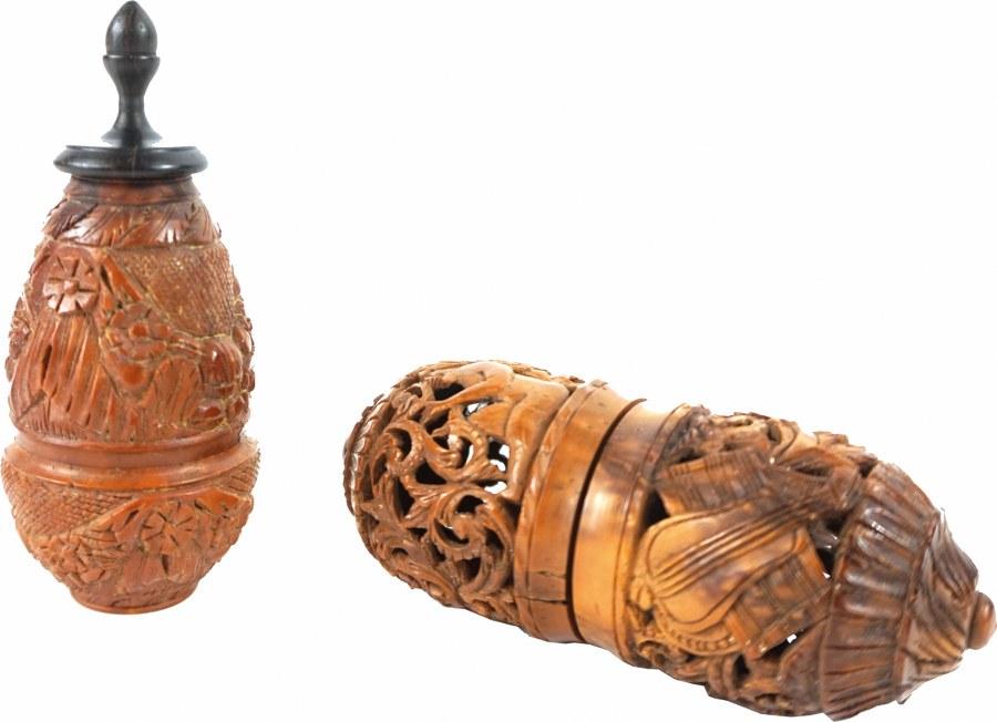 Deux noix de cororzo sculptées.