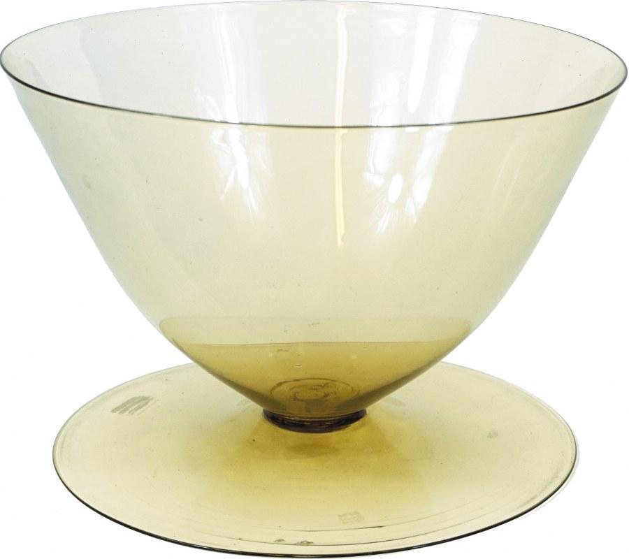 Coupe en verre ambré sur piédouche, signée.