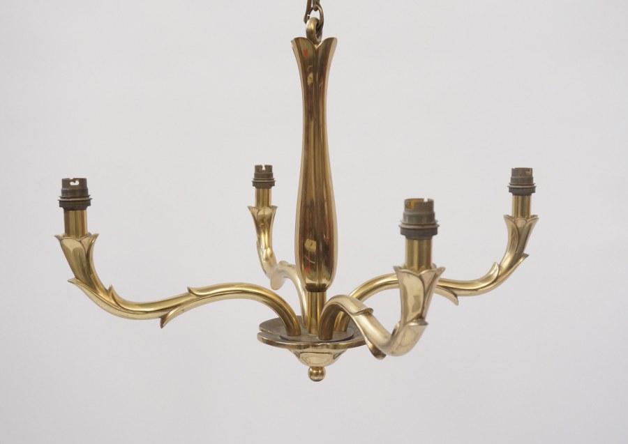 Suspension en bronze doré à quatre bras de lumière.